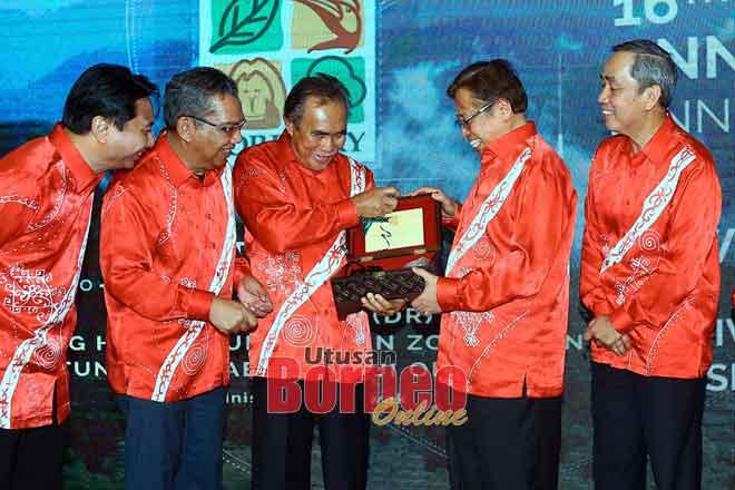 Len (tiga kiba) nyuaka tepa ngagai Abang Johari seraya dikemataka Direktor Opis Kampung SarawakDatu Hamden Mohammad (kiba) enggau CEO SFC Zolkipli Mohamad Aton (dua kiba).