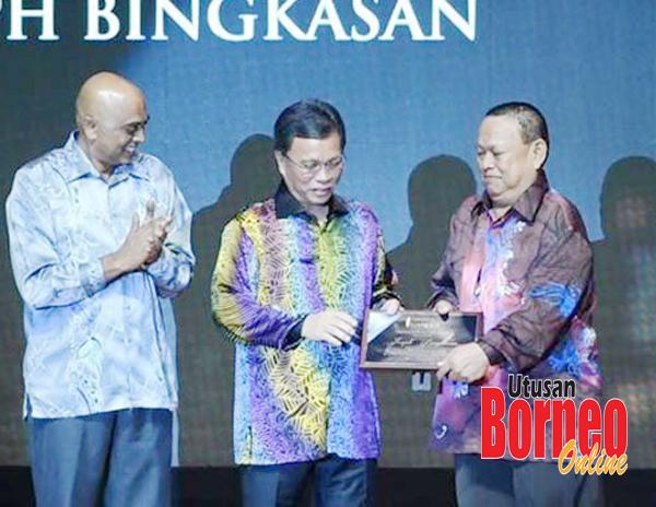 Joseph (kanan) menerima anugerah yang disampaikan oleh Shafie.