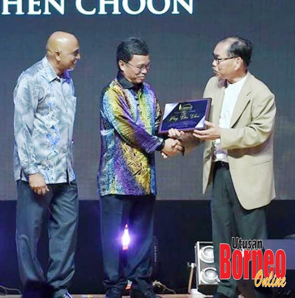 Pung (kanan) menerima anugerah pengiktirafan daripada SJA sempena KPA 2019.
