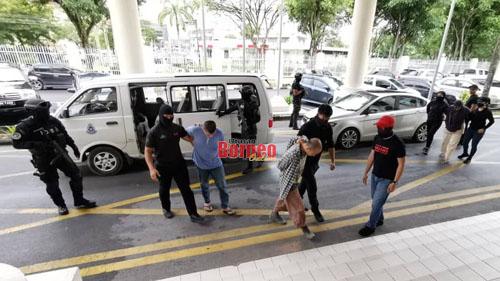 Tertuduh-tertuduh dikawal ketat oleh anggota dari Bahagian Anti Pengganas (E8) semasa dibawa ke Mahkamah Sesyen hari ini.