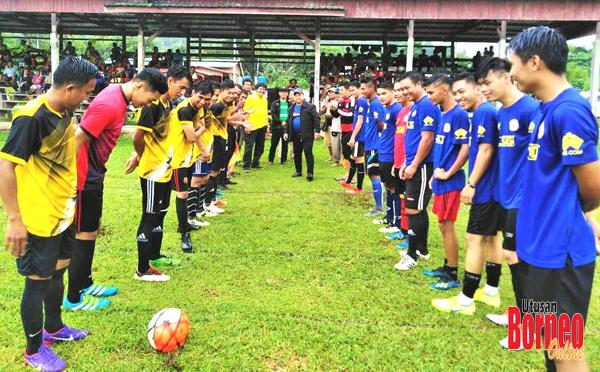 Zinin membuat sepak mula kejohanan bola sepak PDM Dandun.