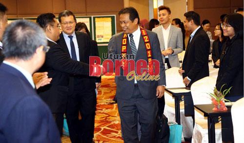 Dr Abdul Rahman mewakili Uggah semasa tiba di majlis perasmian dan turut kelihatan Pembangku Pengarah Pertanian Sarawak, Dr Alvin Chai (kiri). - Gambar oleh Muhammad Rais Sanusi