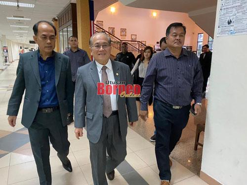 Uggah di lobi Mahkamah Kuching menuju ke kamar mahkamah tempat kes bersidang.