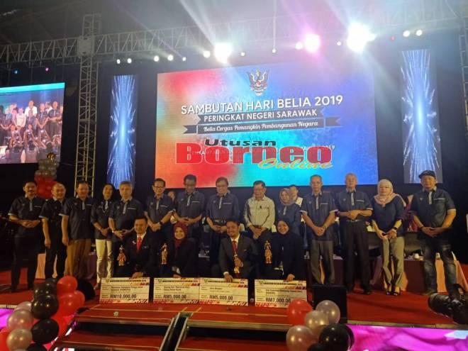 Abang Johari dan tetamu kehormat lain bergambar dengan pemenang Anugerah Belia Negeri Sarawak di Miri, hari ini.