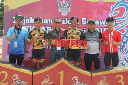 Luqman (tiga kanan) berjaya menghadiahkan emas pertama dalam acara berbasikal ujian masa lelaki 40 kilometer pada SUKSAR II hari ini.