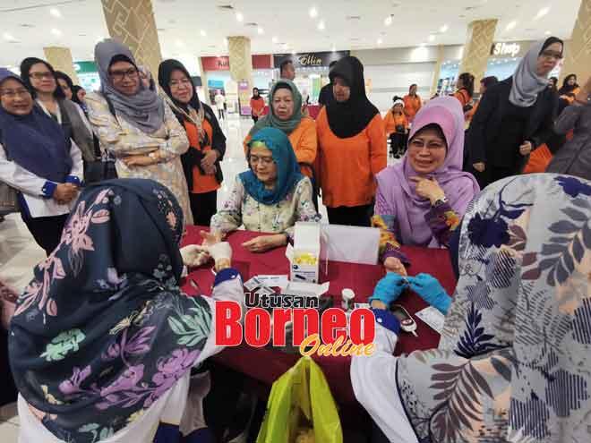 Juma'ani ditemani Fatimah tidak melepaskan peluang melakukan pemeriksaan kesihatan percuma sempena Program Dapur W.1.