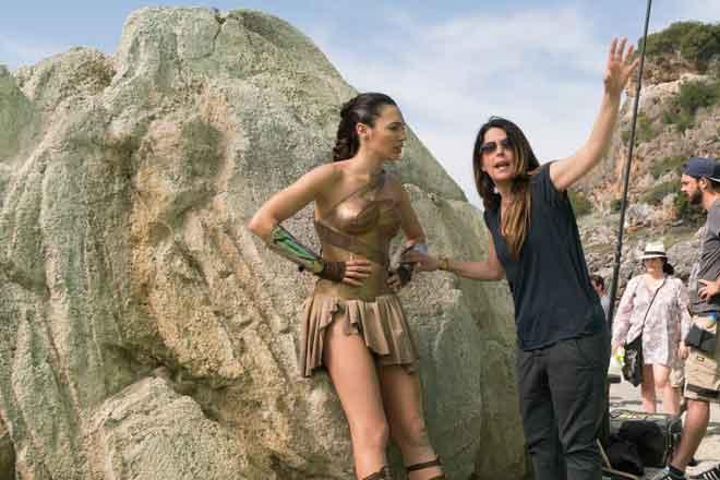 Gambar fail menunjukkan Patty Jenkins (kanan) dan Gal Gadot semasa berada di lokasi filem pertama 'Wonder Woman'.