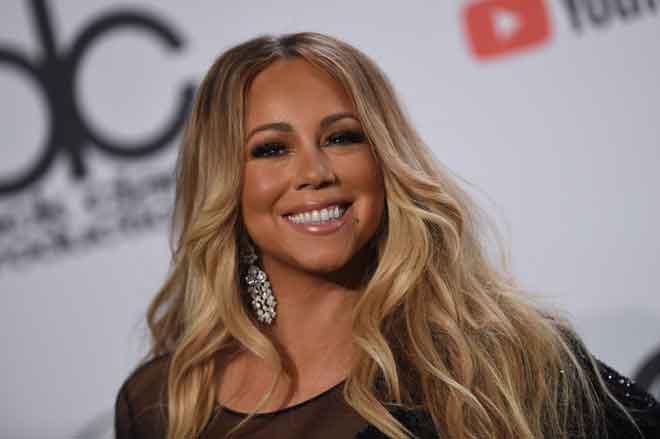 Gambar fail yang diambil pada 31 Disember 2017 menunjukkan Mariah Carey membuat persembahan semasa sambutan Ambang Tahun Baharu di Times Square, New York. Mariah Carey mencipta sejarah sebagai artis pertama mengungguli carta Billboard dalam empat dekad berasingan. — Gambar AFP