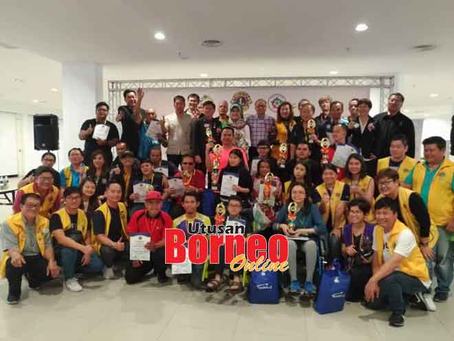 Fatimah (tengah, atas) bergambar selepas menyampaikan hadiah kepada pemenang dan sijil penyertaan kepada peserta OKU pada '2nd Malaysia International English Chess Championships for Disabled' di Kuching semalam.