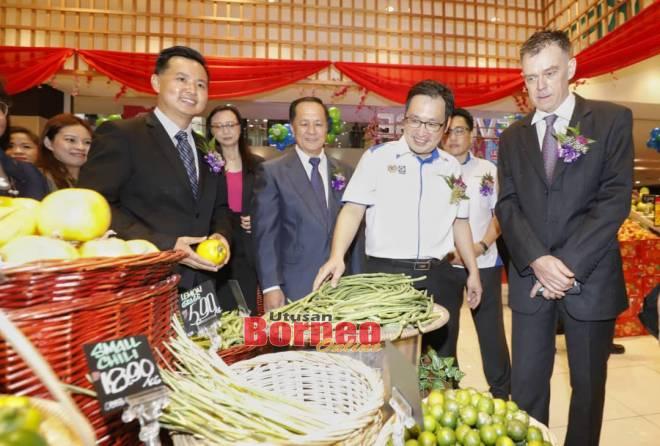 Chong ditemani (dari kanan) Andre, Stanley Colin dan Jeffery meninjau bahagian sayur segar yang dijual di Pasar Raya Everrise, CityOne.
