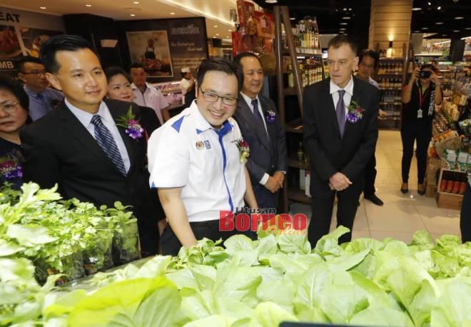 Chong ditemani (dari kiri) Jeffery, Colin dan Andre meninjau Pasar Raya Everrise, CityOne.