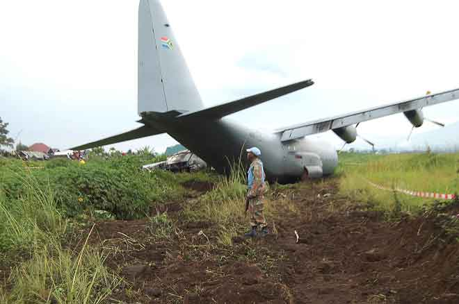 Anggota tentera memeriksa pesawat pengangkut tentera Afrika              Selatan yang terdampar                         di Goma di timur DR Congo kelmarin. — Gambar Augustin Wamenya/AFP