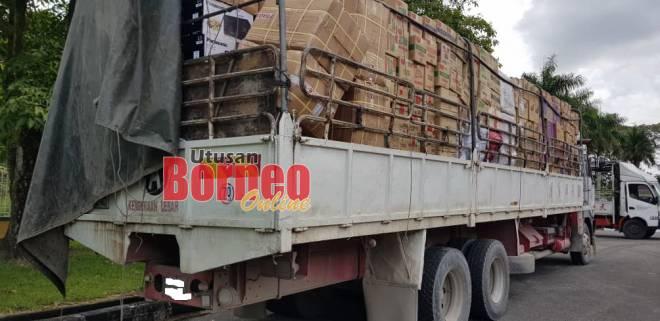 buah daripada lori kargo yang ditahan pihak Kastam membawa barang seludup bercampur dengan barang keperluan harian.