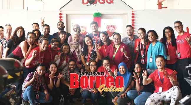 Kakitangan AirAsia Allstars  meraikan Rumah Terbuka DogQ pada 10 Januari.