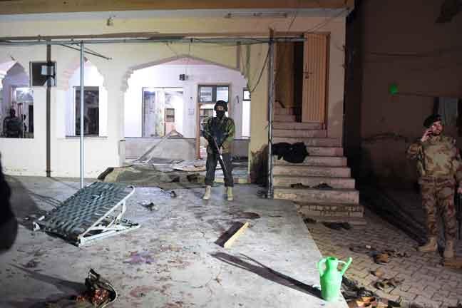 Anggota tentera berkawal di luar masjid selepas letupan bom mengorbankan sekurang-kurangnya 15 nyawa                  di Quetta, barat daya Pakistan kelmarin. — Gambar AFP