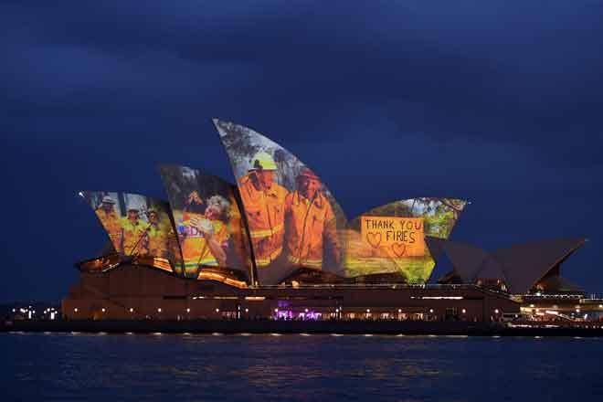 Bangunan Rumah Opera memancarkan siri imej sebagai tanda sokongan terhadap komuniti yang terjejas kebakaran hutan dan bagi menyampaikan penghargaan buat perkhidmatan dan sukarelawan kecemasan di Sydney, kelmarin. — Gambar AFP