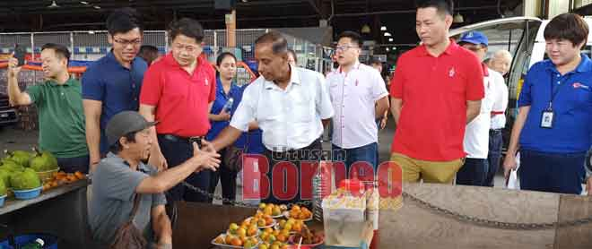Kulasegaran (empat kanan) bertemu dengan penjaja di Emart Tudan semalam sambil diiringi Ling dan Dr Ting.