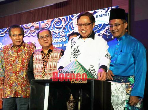 Abang Johari ditemani (dari kanan) Abdullah, Jaul dan Len menyempurnakan simbolik pelancaran e-Lasis.