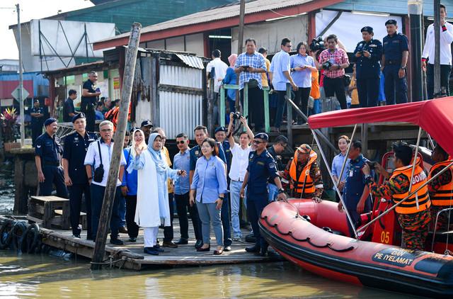Zuraida Kamaruddin (lima,kiri) meninjau keadaan jeti pada program Pembangunan Menariktaraf Jeti Kuala Sepetang, Daerah Larut dan Matang di Jeti Kuala Sepetang hari ini. - Gambar Bernama