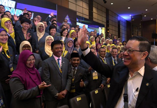 Lim  (kanan) beramah mesra dengan para peserta selepas merasmikan persidangan Pengarah-Pengarah LHDN di sini hari ini. - Gambar Bernama