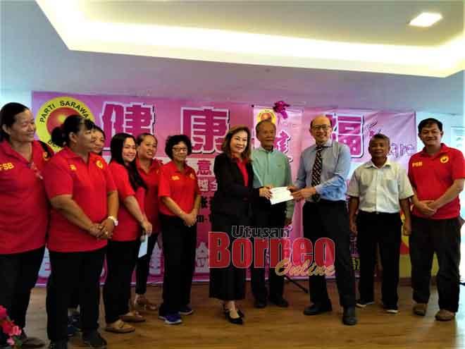 Connie (enam kiba) seraya dikemataka Tiong (empat kanan) enggau ke bukai nyuaka tepa ngagai Dr Chen beserimbai enggau Program Licha Pengerai Penyakit Riman di Sibu Jaya, ensanus.
