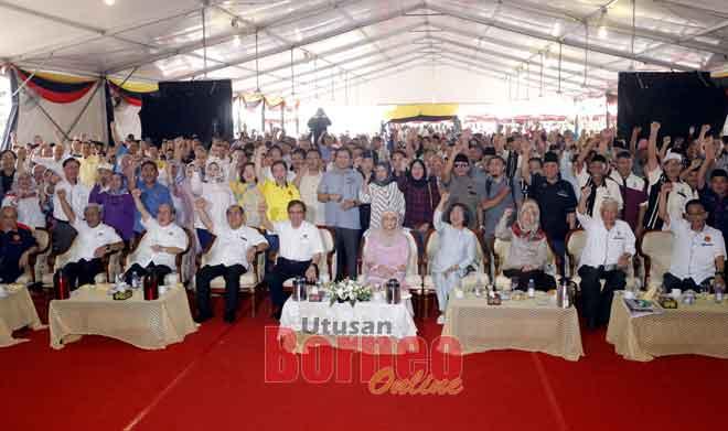 Abang Johari ditemani Juma'ani dan barisan pemimpin lain merakam kenangan bersama pengunjung yang datang pada Program Sarawakku Sayang di Dataran Terbuka, Kota Samarahan.