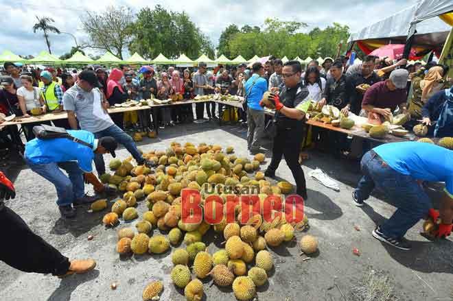 Pesta Durian yang menawarkan durian percuma kepada pengunjung menjadi tumpuan ramai.