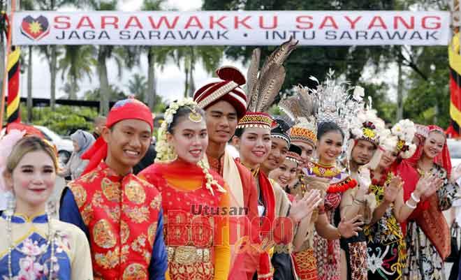 Anak muda yang terdiri daripada pelbagai kaum dan agama memakai pakaian tradisional mereka.