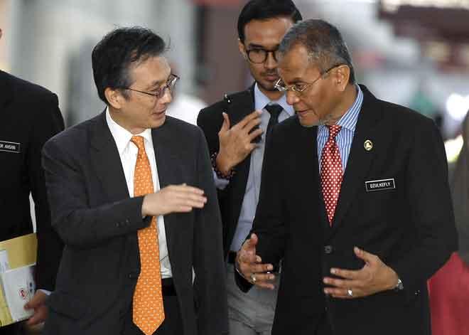 Dr Dzulkefly (kanan) bersama Duta Besar Jepun ke Malaysia, Hiroshi Oka (kiri) selepas melawat pemain badminton nombor satu dunia Kento Momota di Hospital Putrajaya, Putrajaya semalam. — Gambar Bernama