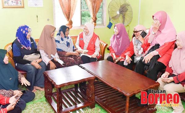 Azizah beramah mesra dengan penduduk ketika mengadakan lawatan dari rumah ke rumah.