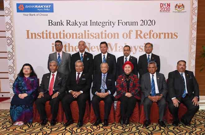 Dr Mahathir (tengah) hadir pada Forum Integriti Bank Rakyat 2020 semalam. Turut hadir Menteri Pembangunan Usahawan Datuk Seri Mohd Redzuan Yusof (tiga,kiri) dan Pengerusi Bank Rakyat, Datuk Noripah Kamso (tiga, kanan). — Gambar Bernama