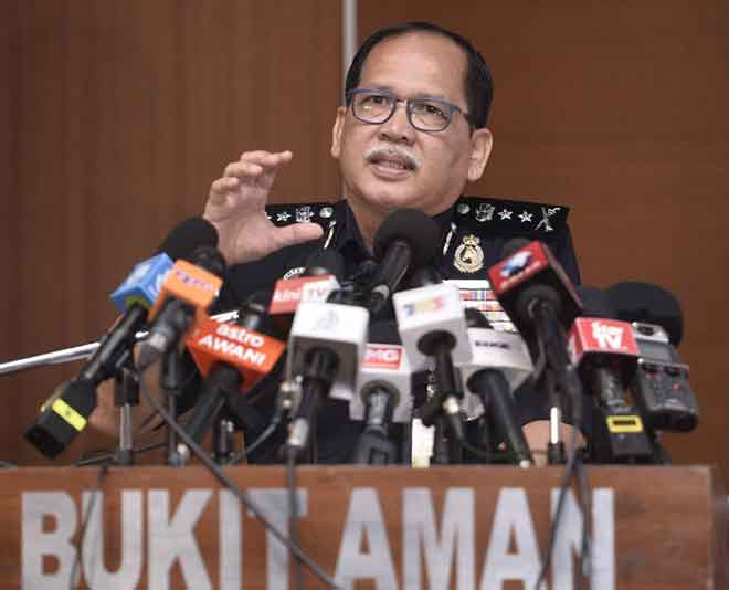 Azisman bercakap pada sidang media di Ibu Pejabat Polis Bukit Aman semalam. — Gambar Bernama