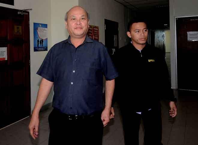Chan (kiri) diiringi pegawai Suruhanjaya Pencegahan Rasuah Malaysia (SPRM) ke Mahkamah Khas Rasuah semalam atas lapan pertuduhan pecah amanah berjumlah RM35,500 dari 2015 hingga 2017. — Gambar Bernama
