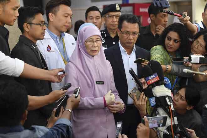 Dr Wan Azizah bercakap kepada pemberita tempatan dan antarabangsa pada sidang media selepas melawat pemain badminton nombor satu dunia, Kento Momota yang terlibat dalam kemalangan awal pagi kelmarin di Hospital Putrajaya semlam. — Gambar Bernama