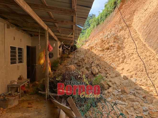 Keadaan tanah runtuh yang menjejaskan dapur dua bilik di Rumah Melintang.