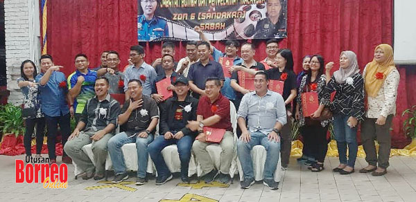 Kamarulzaman (duduk, tengah) di samping Anddre dan James bergambar kenangan bersama pegawai serta media Sandakan pada Majlis Apresiasi Bersama Media JBPM Zon 6 Sandakan.