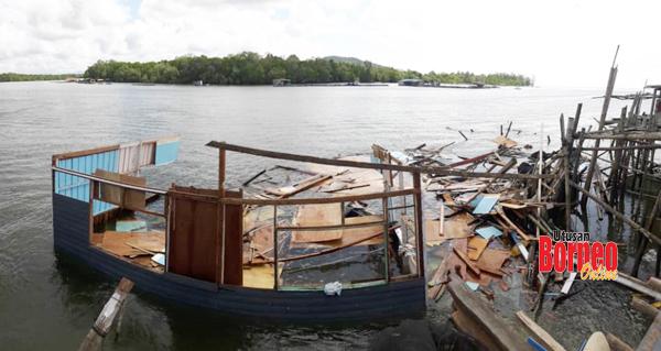 Keadaan rumah mangsa yang sudah dibongkar oleh penduduk kampung untuk menyelamatkan kayu yang masih boleh digunakan semula.