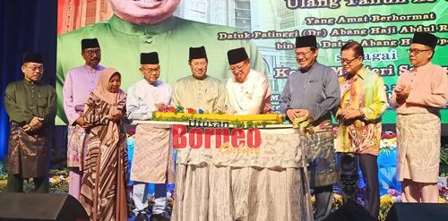 Abang Johari memotong kek sambil disaksikan tetamu kenamaan lain sempena ulang tahun ketiganya sebagai Ketua Menteri Sarawak keenam pada Majlis Tilawah dan Menghafaz Al-Quran Peringkat Negeri Sarawak di Miri, malam Isnin.