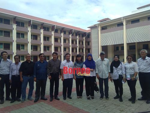 Teo merakam kenangan bersama yang lain selepas lawatan kerja ke tapak projek SMK Tudan, hari ini.