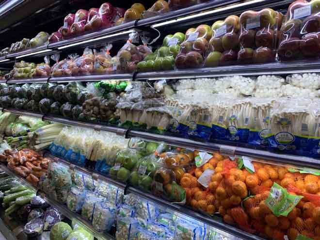 Nutribest Fresh Mart turut menawarkan sayur-sayuran dan buah-buahan segar keapada pelanggan.