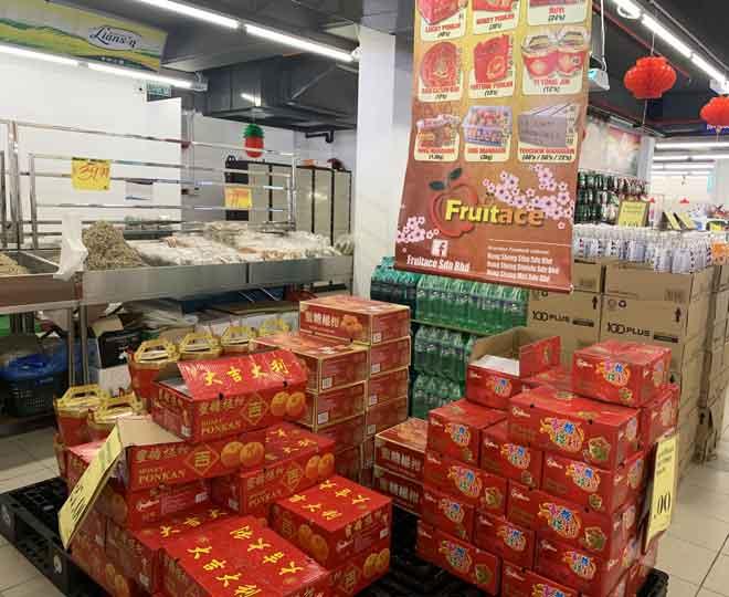 Limau ponkam dan mandarin antara barangan perayaan Tahun Baharu Cina yang boleh didapati di Nutribest Fresh Mart di Wisma Wan.