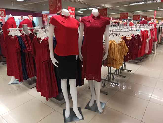 Pakaian warna merah yang sinonim dengan Tahun Baharu Cina.