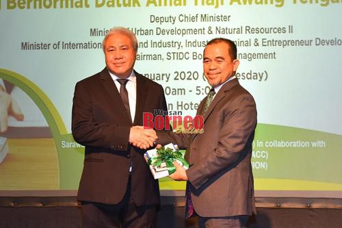 Awang Tengah menerima cenderamata penghargaan daripada Hashim (kanan) selepas merasmikan Seminar Liabiliti Korporat terhadap Rasuah anjuran PUSAKA, hari ini.