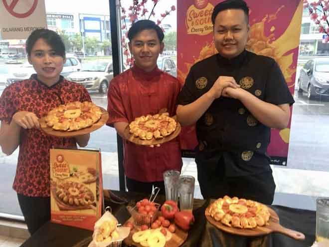 Pizza Hut memperkenalkan 'Piza Sweet & Sour Cheesy Bites' sempena perayaan Tahun Baharu Cina 2020.
