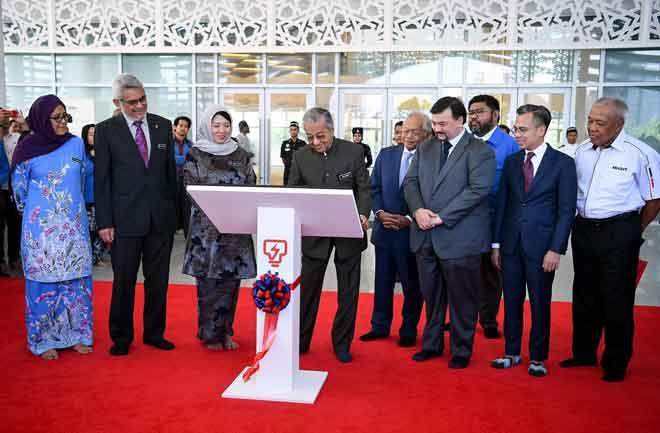 Dr Mahathir merasmikan Kompleks Balai Islam An-Nur milik Tenaga Nasional Bhd (TNB), mercu tanda baharu Ibu Pejabat TNB di Jalan Bangsar, di ibu negara semalam. Turut hadir Khalid (dua kiri), Yeo (tiga kiri), Leo Moggie (lima kiri) dan Amir Hamzah (enam kiri). — Gambar Bernama