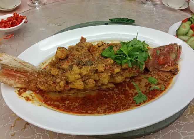 Ikan merah dimasak dengan sos nyonya.