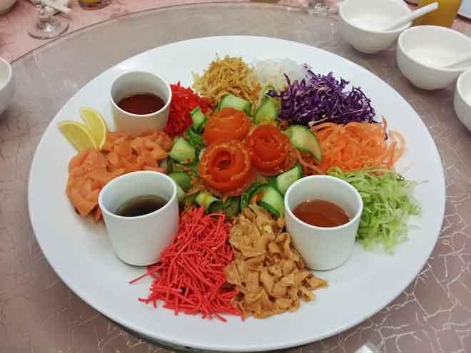 Set yee sang yang boleh dipesan di Zest Restaurant di Miri Marriott Resort & Spa.