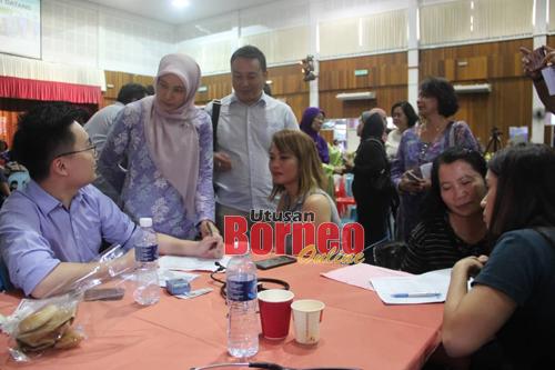 Nurul Izzah melawat kaunter ujian saringan kesihatan dan kanser serviks anjuran Yayasan ROSE di Kompleks Belia dan Sukan Negeri Sarawak hari ini.