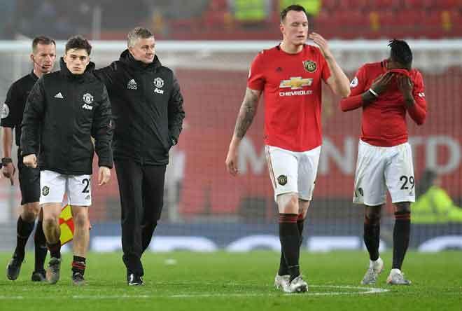 Reaksi Solskjaer (tiga kiri) ketika ketika meninggalkan padang selepas tamat perlawanan di Old Trafford, Manchester kelmarin. — Gambar AFP
