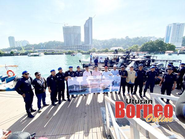 Rombongan Yadim dan PPM Wilayah 4 bergambar di jeti marin.